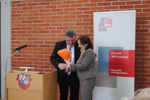Bürgermeisterin Ursula Engert freut sich über das Geschenk von Volkmar Halbleib