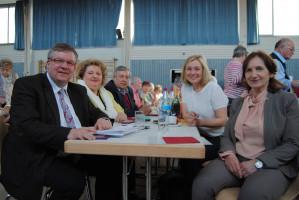 Volkmar Halbleib in gemütlicher Runde mit Bundestagskandidatin Eva Maria Linsenbreder, Altbürgermeister Heinz Koch, MdL Doris Rauscher und Bürgermeisterin Ursula Engert