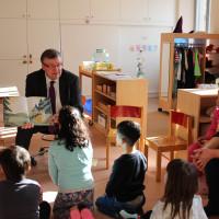 Astrid Glos und Volkmar Halbleib (von links) lesen den Vorschulkindern etwas vor. Monika Maier (rechts) informierte die beiden Politiker über die Sorgen und Nöte der Fachkräfte in der Kinderbetreuung.