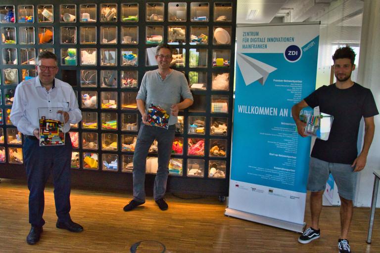 ZDI-Netzwerkmanager Dr. Christian Andersen (Mitte) und Mario Kossner führen den SPD-Abgeordneten Volkmar Halbleib (links) in die Welt des Design Thinking ein.
