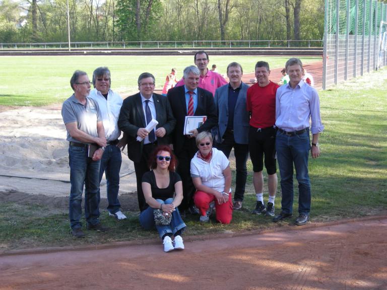 Volkmar Halbleib (dritter von links) mit dem Vorstand des TV Ochsenfurt auf der Maininsel im Jahr 2015